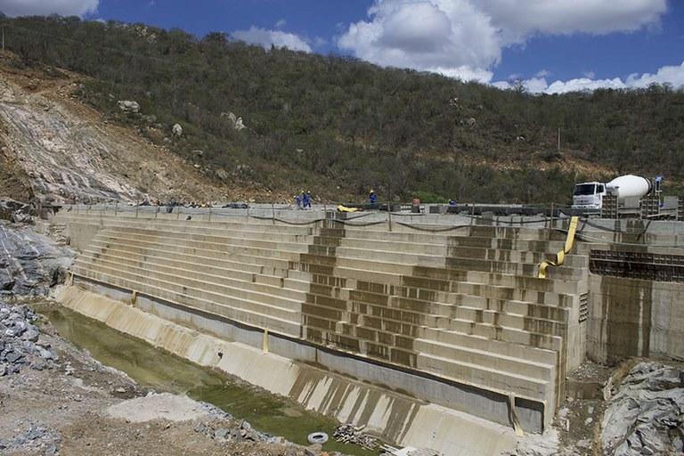 Obra da barragem Retiro segue em ritmo acelerado, na cidade de Cuité